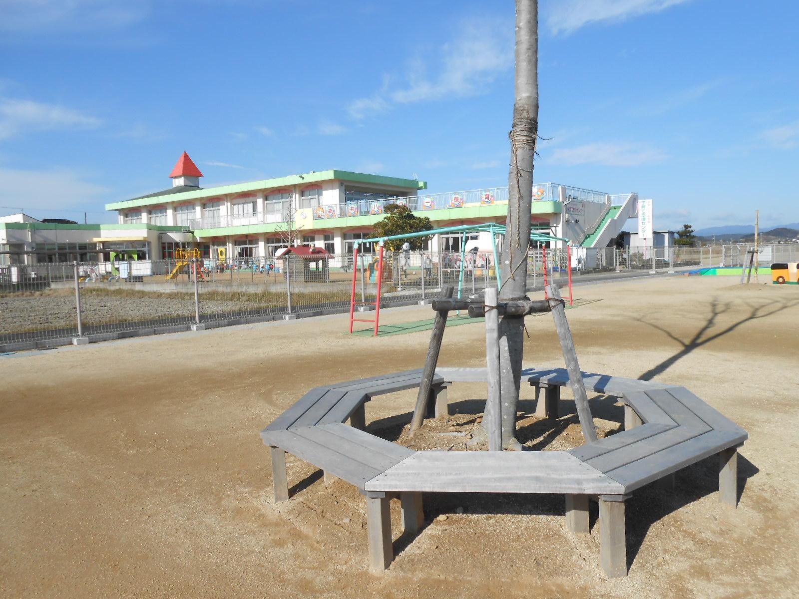 保育園に納入したオーダーメイドのサークルベンチ